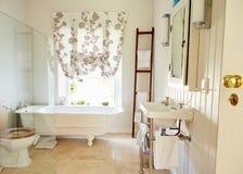 Wnętrze przestronna kraju stylu łazienka fotografia stock