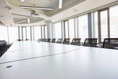 Wnętrze pusta sala konferencyjna w kreatywnie biurze zdjęcia stock