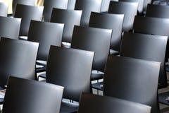 Wnętrze pusta sala konferencyjna z szarość barwiącymi krzesłami Obraz Royalty Free