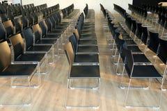 Wnętrze pusta sala konferencyjna z szarość barwiącymi krzesłami Fotografia Royalty Free