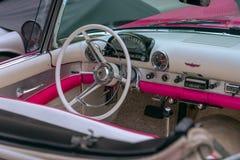Wnętrze rocznika kabriolet w bielu i menchii brzmieniach zdjęcie stock