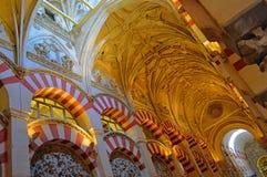 Wnętrze - sławna dwoista depresja i sklepiali stropujący przy Mezquita cordobą, Andalucia, Hiszpania obrazy stock
