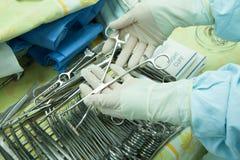 Wnętrze sala operacyjna w nowożytnej klinice Szpitali szczegóły - Nowożytny operacja pokój z technologią i lampami zdjęcia stock