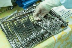 Wnętrze sala operacyjna w nowożytnej klinice Szpitali szczegóły - Nowożytny operacja pokój z technologią i lampami obraz stock