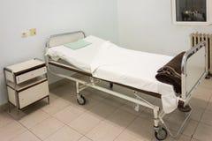 Wnętrze sala szpitalna z łóżkiem Obrazy Royalty Free