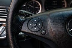 Wnętrze samochód z widokiem kierownicy, strzały wybiórki guzików i OK słowa z światłem, - szarość żyłują zdjęcia royalty free
