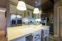 Wnętrze specious nowożytna kuchnia Zdjęcie Stock