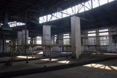 Wnętrze stara duża zaniechana fabryka obraz royalty free