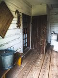Wnętrze stary drewniany dom w wsi zdjęcia royalty free