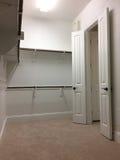 Wnętrze szafa dla odziewać w nowym domu obrazy royalty free