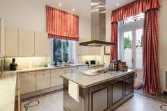 Wnętrze, szeroka nowożytna kuchnia Obrazy Royalty Free