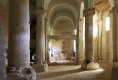 Wnętrze szpaltowa sala stary podziemny kościół rzeźbiący w piaskowcową skałę zdjęcie royalty free