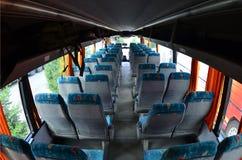 Wnętrze turystyczny autobus dla wycieczek i długo ono potyka się Mnóstwo bezpłatni miejsca dla małego bagażu i siedzenia Obraz Stock