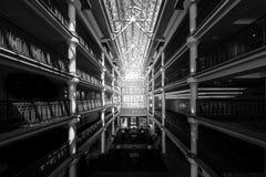 Wnętrze wielki budynek z szklanym sufitem zdjęcia royalty free