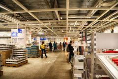 Wnętrze wielki IKEA sklep z szerokim zakresem produkty w Rosja Crockery i rzeczy dla kuchni zdjęcie stock