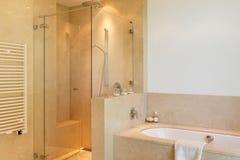Wnętrze, wygodna marmurowa łazienka Zdjęcie Stock