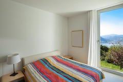 Wnętrze, wygodna sypialnia zdjęcie stock