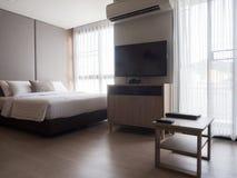 Wnętrze wygodna sypialnia w nowożytnym projekcie niski oświetlenie i obiektyw Obrazy Stock