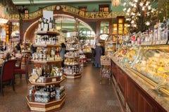 Wnętrze Yeliseev sklep spożywczy w St Petersburg, Rosja Fotografia Royalty Free