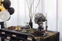 Wnętrze z balonami, kobiety ` s popiersiem i zasłonami, Obraz Royalty Free