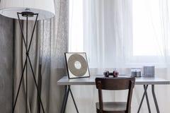 Wnętrze z nowożytną lampą, drewnianym krzesłem i prostym biurkiem, Fotografia Royalty Free