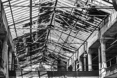 Wnętrze zaniechana fabryka w czarny i biały Łamany szkło i rozdrabnianie cement zaznaczamy once ruchliwie fabrykę Ja Zdjęcie Stock