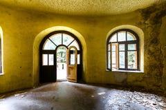 Wnętrze zaniechany era dom, okno, żółci ścian, parkietowych i wielkich, obraz stock