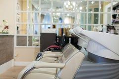 Wnętrze zdroju salon Krzesło dla płuczkowego włosy obrazy stock