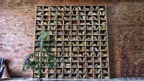 Wn?trze, biblioteka, p??ki na ksi??ki, w bibliotece, bookshelveswall, czerwona ceg?a obraz royalty free