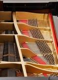Wnętrze uroczysty pianino z sznurkami Zdjęcia Stock