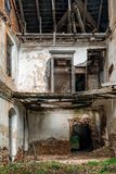 Wnętrze zaniechana rezydencja ziemska, zaniechany budynku wnętrze Zdjęcia Royalty Free