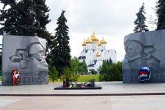 Wniebowzięcie kościół i wojenny pomnik w Yaroslavl, Rosja Obrazy Stock