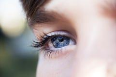 Wnikliwa spojrzeń niebieskich oczu chłopiec fotografia royalty free