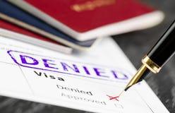 Wniosek wizowy zaprzeczający, zamyka w górę strzału forma, paszporty i pióro, Obrazy Stock