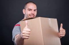 Wnioskodawca faceta mienia seansu pudełkowata kopia jak gest obrazy stock