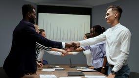 Wniosku multietnicita wzajemnie korzystne transakcje między amerykaninem afrykańskiego pochodzenia i europejczykiem Przeniesienie zdjęcie wideo