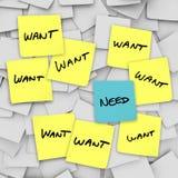 Wünscht gegen Notwendigkeiten - klebrige Anmerkungen Lizenzfreies Stockfoto