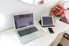 Wnętrze nowożytny łóżkowy pokój z laptopem, pastylką i mądrze telefonem, Obrazy Stock