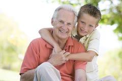 wnuczek dziadka na zewnątrz uśmiecha się Fotografia Royalty Free