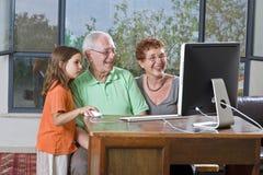 wnuczka dziadków komputerowych Obrazy Stock