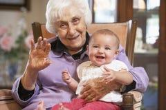 wnuczki babcia mienie jej podołek zdjęcia stock