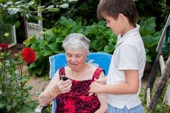 Wnuk prababcia uczy kontakt obraz stock