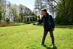 Wnuka podmuchowy Dandelion w parku fotografia stock