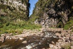 Wołowa rzeka przy Canion Itaimbezinho, Aparados da Serra Nat parkiem, - fotografia stock
