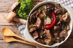 Wołowina gulasz z dzikim pieczarek, cebuli i chili pieprzu zakończeniem up, ja Zdjęcie Stock