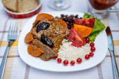 Wołowina gulasz z marchewką i wysuszoną śliwką nakrywa z, ryż, fasolami i pomidorami, Obrazy Royalty Free