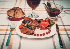 Wołowina gulasz z marchewką i wysuszoną śliwką nakrywa z, ryż, fasolami i pomidorami, Fotografia Royalty Free