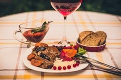 Wołowina gulasz z marchewką i wysuszoną śliwką nakrywa z, ryż, fasolami i pomidorami, Zdjęcia Royalty Free