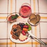 Wołowina gulasz z marchewką i wysuszoną śliwką nakrywa z, ryż, fasolami i pomidorami, Fotografia Stock