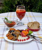 Wołowina gulasz z marchewką i wysuszoną śliwką nakrywa z, ryż, fasolami i pomidorami, Zdjęcie Stock